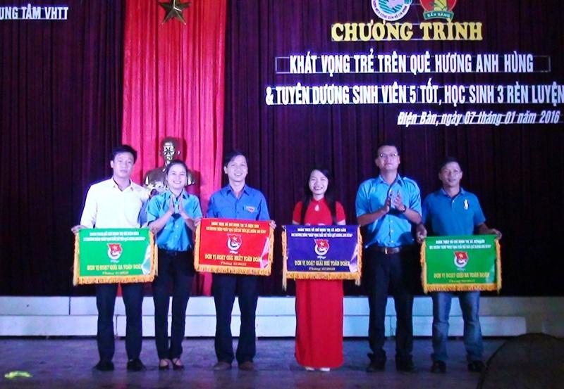 Thị đoàn Điện Bàn trao giải phần thi văn nghệ cho các đơn vị Đoàn cơ sở.