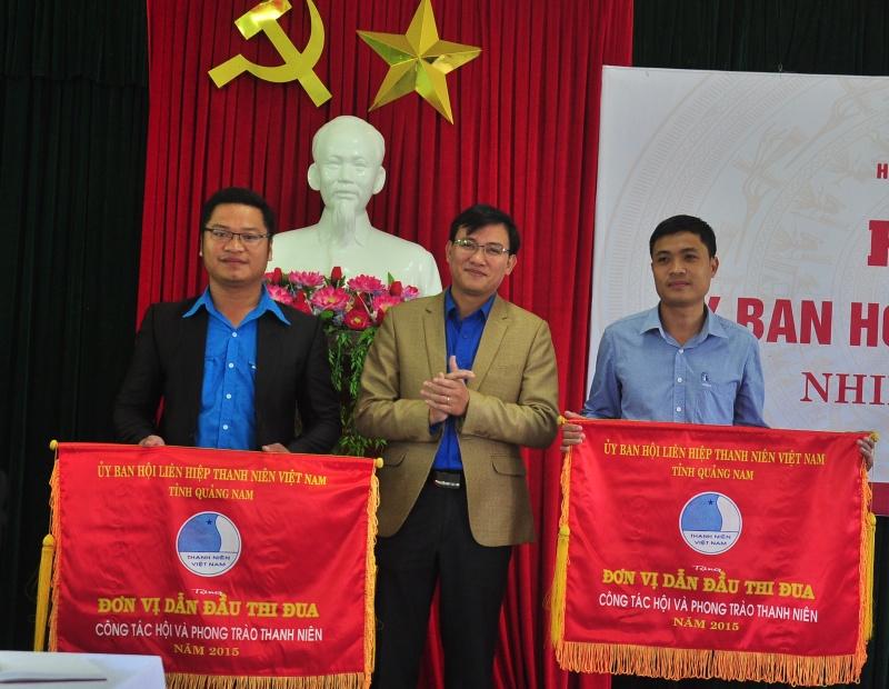 Anh Phan Văn Bình - Phó Bí thư Tỉnh đoàn, Chủ tịch Hội LHTN Việt Nam tỉnh tặng cờ thi đua dẫn đầu cho đơn vị Điện Bàn và Hiệp Đức. Ảnh: VINH ANH