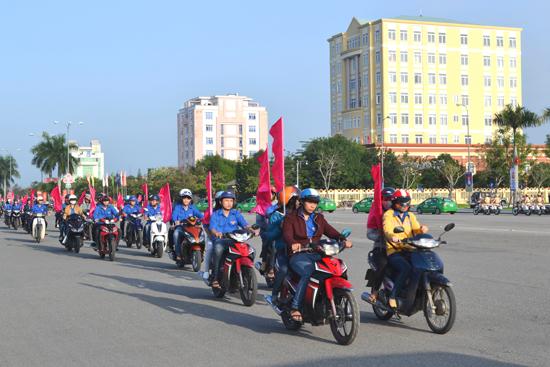 Đoàn viên thanh niên diễu hành tuyên truyền đảm bảo ATGT dịp tết. Ảnh: C.T