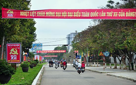 Pa nô, khẩu hiệu tuyên truyền Đại hội Đảng lần thứ XII trên đường Hùng Vương, TP.Tam Kỳ.Ảnh: VINH ANH