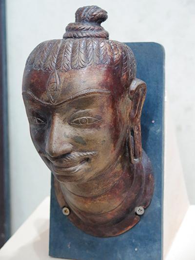Đầu tượng thần Shiva (phiên bản) trưng bày tại Bảo tàng tỉnh.