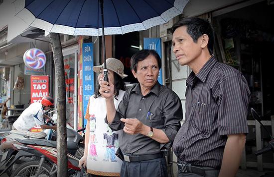 Nghệ sĩ ưu tú Huỳnh Hùng (bìa phải) trong chuyến làm phim về học giả Phan Khôi.