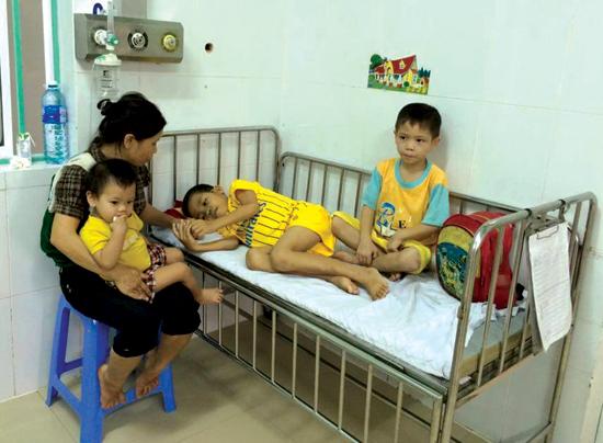 Chị Nguyễn Thị Thu Hương và các con trong đợt đều trị tại Khoa Hồi sức, Bệnh viện Nhi Quảng Nam. Ảnh: CHÂU NỮ