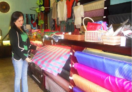 Sản phẩm tơ lụa Mã Châu tại Nhà trưng bày Tinh hoa sản phẩm làng nghề Quảng Nam (Hội An). Ảnh: THIỆN HIỀN