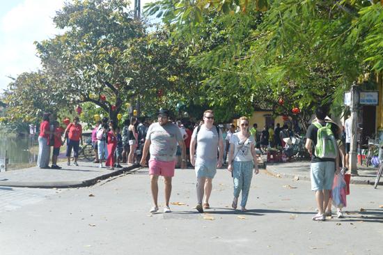 Du khách tham quan phố cổ Hội An. Ảnh: T.V.L