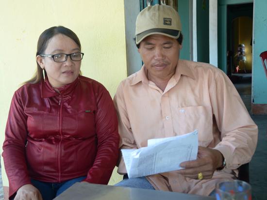Vợ chồng ông Quảng – bà Đính cầm đơn bức xúc vì hơn 2 năm khiếu kiện vẫn chưa được tòa án đem ra xét xử. Ảnh: T.H