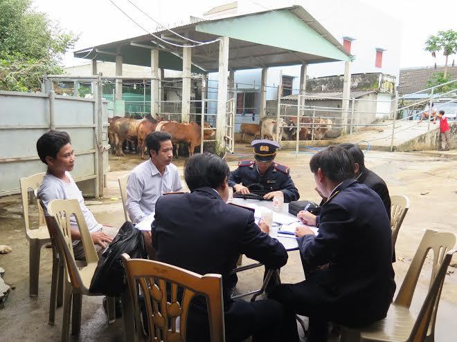 Đoàn Thanh tra lập biên bản vi phạm đối với cơ sở giết mổ của ông Phạm Dũng.