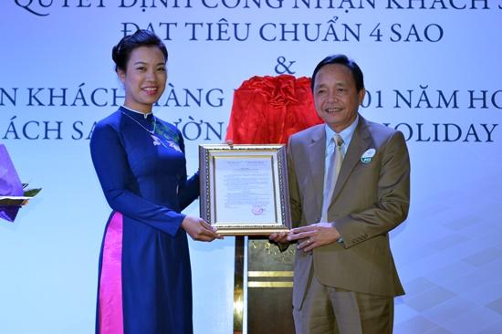 Lãnh đạo Sở VH,TT&DL trao quyết định công nhận khách sạn Mường Thanh đạt chuẩn 4 sao