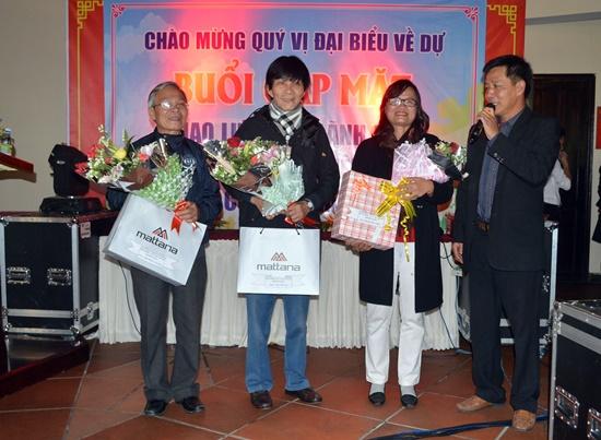 Đại diện doanh nghiệp du lịch Cù Lao Chàm tặng hoa tri ân các nguyên lãnh đạo TP.Hội An về những đóng góp cho sự phát triển của đảo thời gian qua