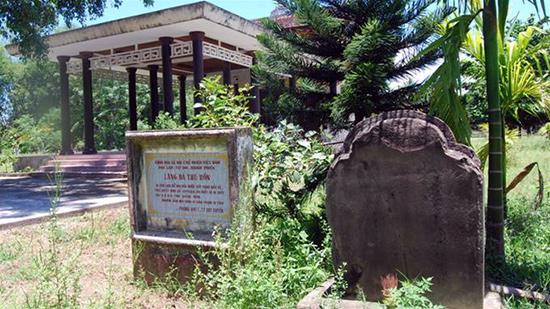 Văn bia Chăm bên cạnh lăng thờ Bà Thu Bồn tại xã Duy Tân (Duy Xuyên).