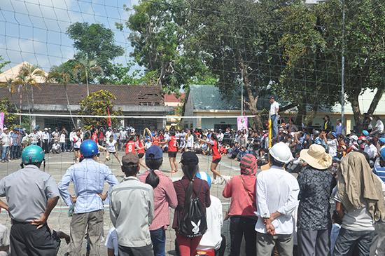 Giải bóng chuyền nữ tỉnh Quảng Nam năm 2015 không chỉ thành công ở việc có đến 15 huyện, thị xã, thành phố tham gia mà còn thu hút nhiều khán giả.
