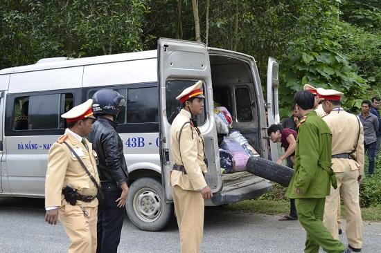 Chặn bắt xe chở gỗ trái phép trên đường Hồ Chí Minh.