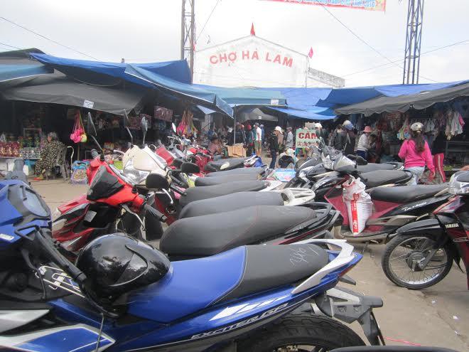 Đa số các bãi giữ xe tại chợ Hà Lam, Thăng Bình tăng giá vé dịp tết.