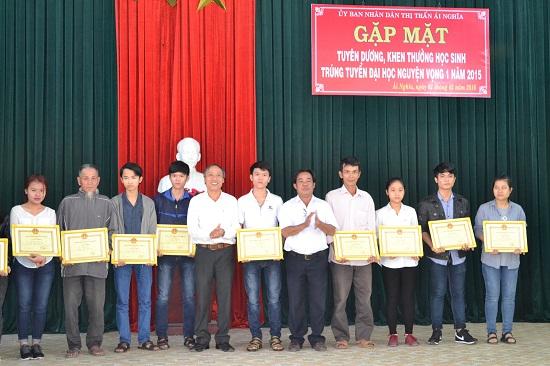 Sinh viên trực tiếp có mặt, hoặc đại diện gia đình đã lên nhận phần thưởng.