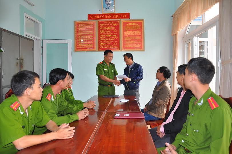 Bí thư Đảng ủy phường Tân Thạnh Phạm Hồng Đức thưởng nóng cho Công an phường Tân Thạnh sáng 4.2.