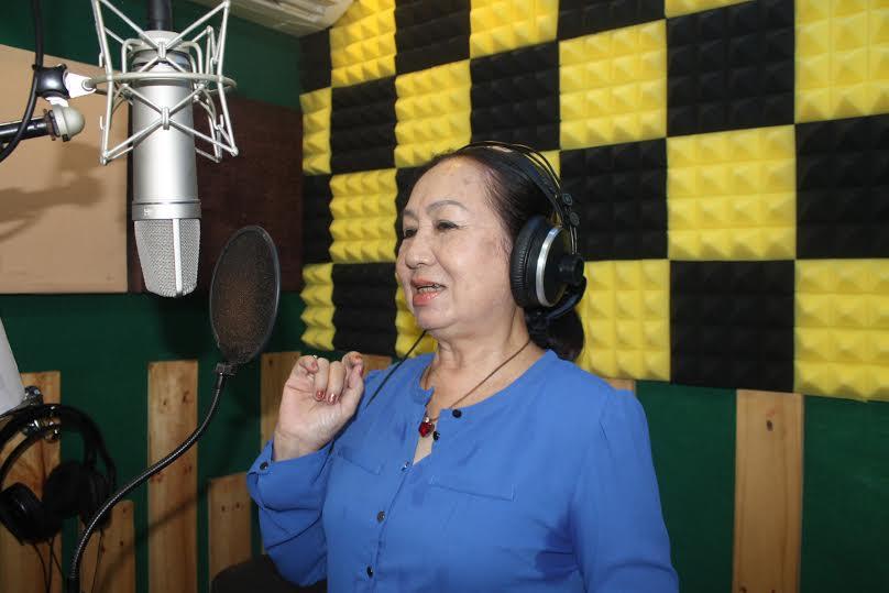 NSƯT Hồng Vân đang thu âm tại Đà Nẵng.