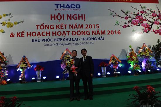 Chủ tịch HĐQT THACO tặng hoa cảm ơn nguyên Bí thư tỉnh ủy Vũ Ngọc Hoàng, người dành nhiều tâm huyết, đã tạo niềm tin cho THACO đầu tư tại Chu Lai. Ảnh: MINH HẢI