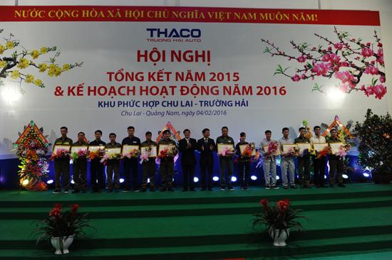 Phó Chủ nhiệm Ủy ban Kiểm tra Trung ương Nguyễn Đức Hải và  Chủ tịch HĐQT THACO Trần Bá Dương tặng giấy khen cho các công nhân có thành tích xuất sắc trong lao động. Ảnh: MINH HẢI