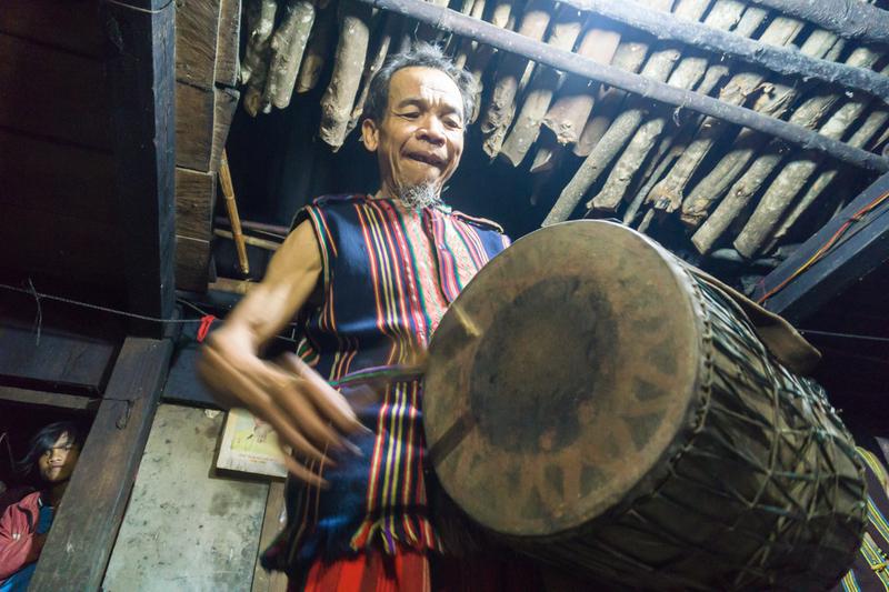 Già Làng Hồ Văn Bông đánh trống khai hội đem cồng chiên đãi khách.