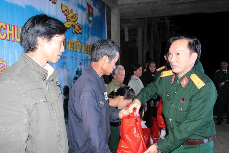 Tặng quà cho đồng bào nghèo xã Chà vàl, Nam Giang.