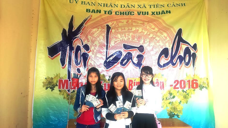 Lê Trà Quyên Thảo, chị hiệu hô hát bài chòi chụp ảnh lưu niệm với bạn mình.