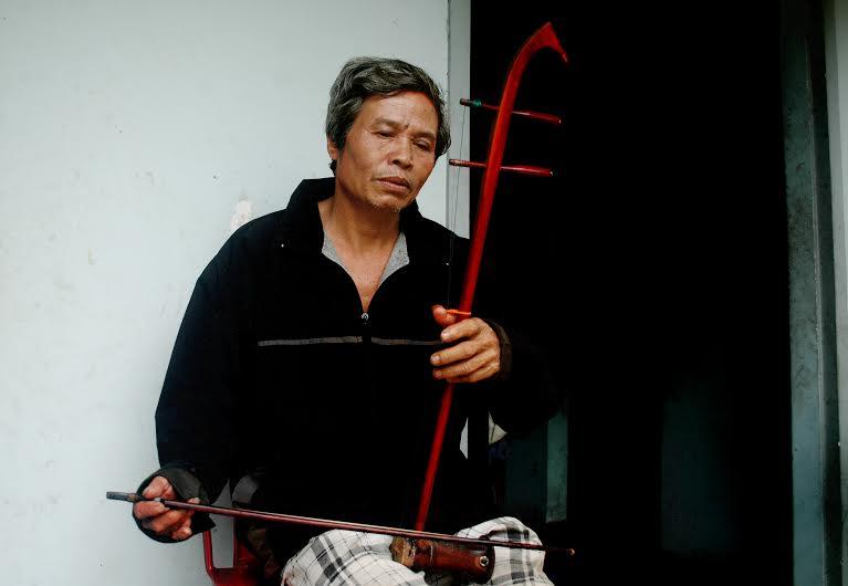 Một ca khúc đượm buồn được ông Dưỡng thể hiện bằng cây đàn bầu.