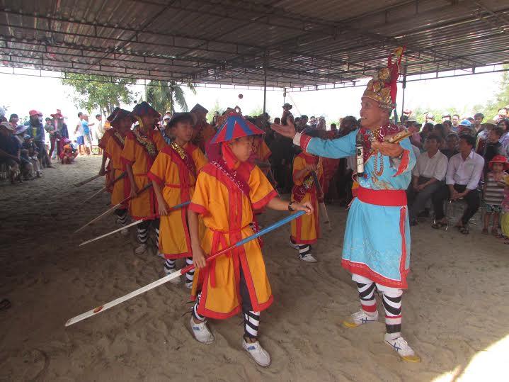 Hát bả trạo tại lễ hội cầu ngư làng Hòa An (xã Tam Hòa).