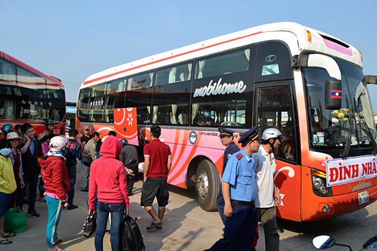 Thanh tra Sở GTVT kiểm tra xe khách tại bến xe khách Nam Phước. Ảnh: CÔNG TÚ