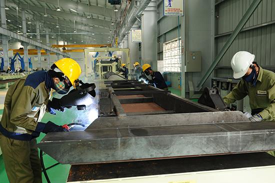 Công nhân Trường Hải sản xuất những lô hàng đầu năm. Ảnh: MINH HẢI