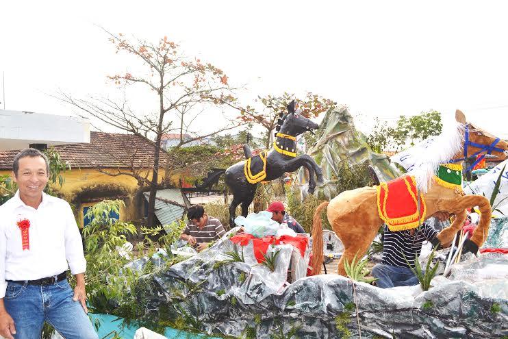 Nghệ nhân Hồ Viết Lợi rất tâm huyết với nghệ thuật chưng cộ.