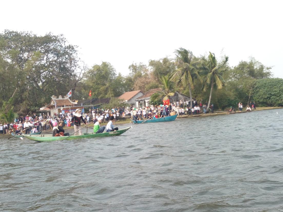 Hàng nghìn người dân đứng trên bờ sông Trường Giang cổ vũ cho các thuyền đua.