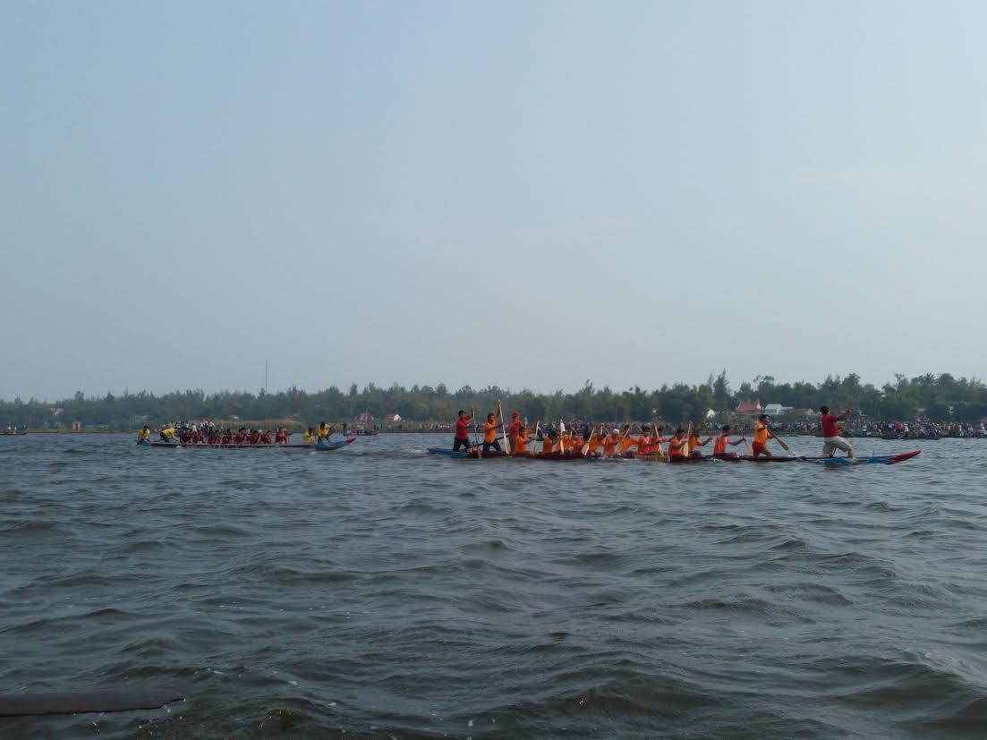 Thuyền đua hai đội đang quyết liệt đọ sức từng mét nước.