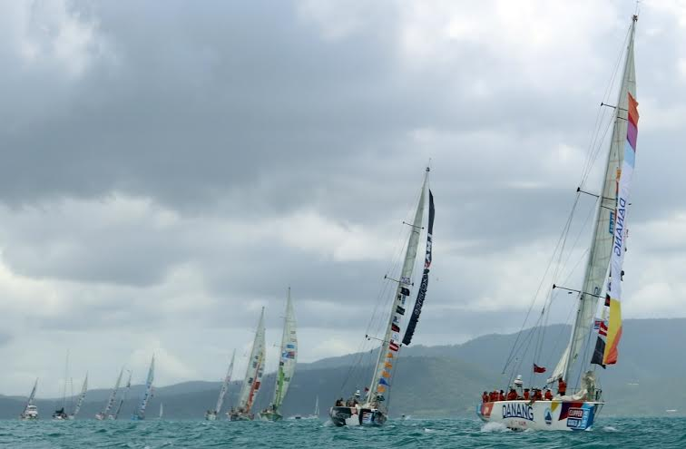 Các đội đua thuyền buồm chuẩn bị cập cảng sông Hàn.