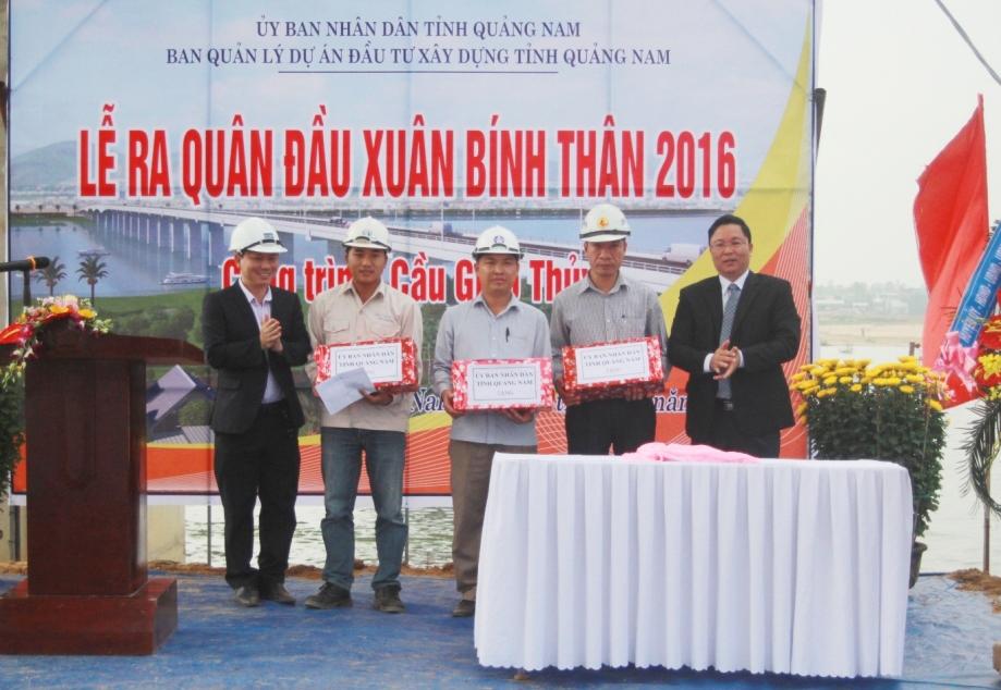 Phó Chủ tịch UBND tỉnh Lê Trí Thanh tặng quà động viên các đơn vị nhà thầu và thi công nhân lễ ra quân đầu năm. Ảnh: NGUYỄN DƯƠNG