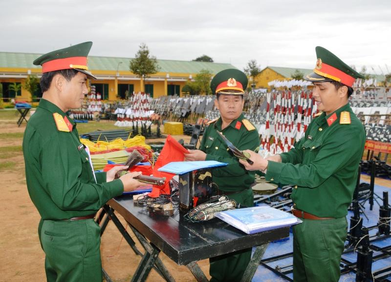 Chỉ huy Sư đoàn BB 315 kiểm tra mô hình học cụ chuẩn bị cho công tác đón chiến sĩ mới và huấn luyện năm 2016. (ẢNH: KHÁNH TUÂN)