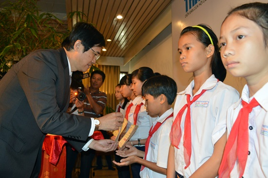 Bí thu Tỉnh ủy Nguyễn Ngọc Quang trao học bổng cho các em học sinh nghèo học giỏi