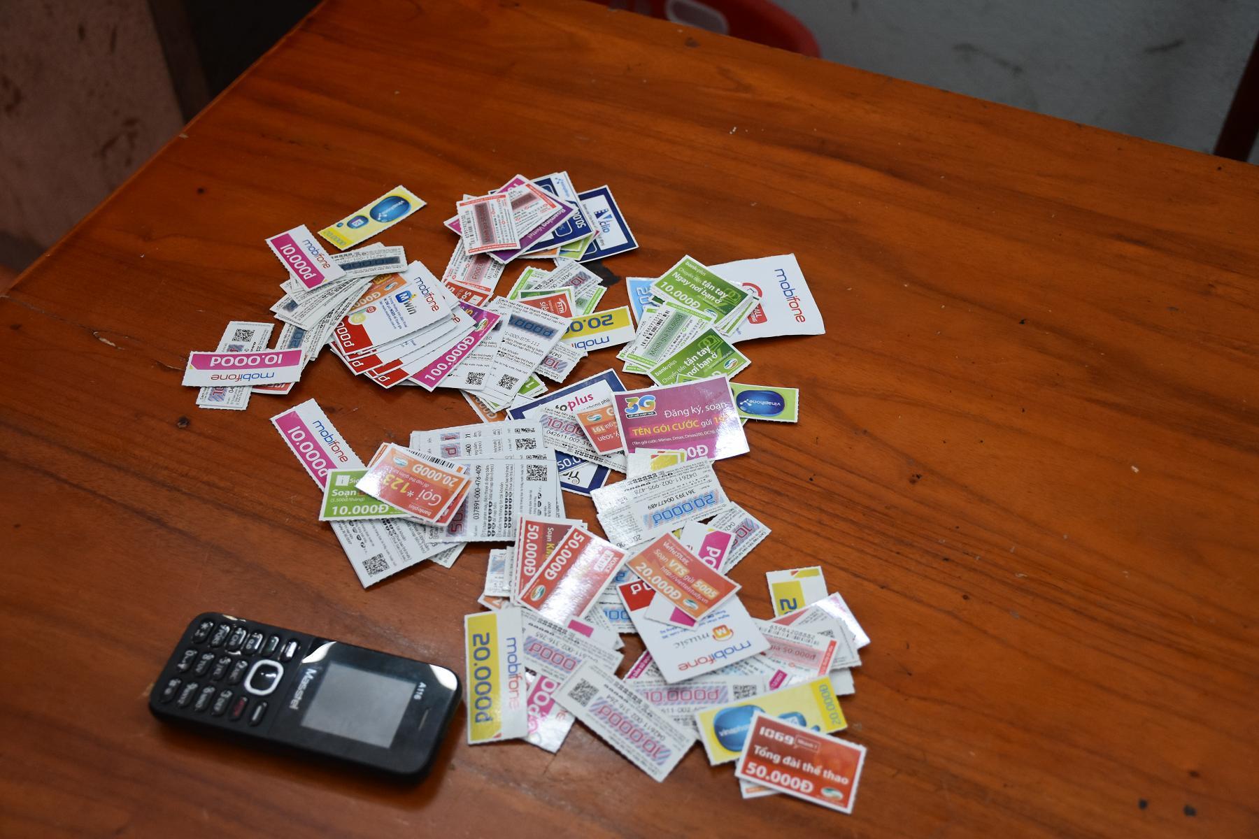 Hàng trăm card điện thoại 2 đối tượng đã trộm.