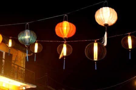 Lantern – a charming feature in Hoi An Beside lanterns, folk games (Bai Choi singing, beating pots…) are always attractive to tourists.