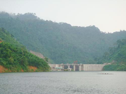 Mục tiêu giữ nước phục vụ tưới tiêu cho hạ du luôn được các nhà máy thủy điện quan tâm. Ảnh: TR.HỮU