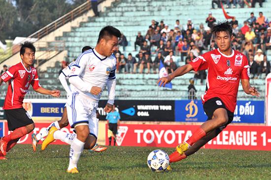 Dù thi đấu khá hay nhưng Thanh Trung (ở giữa) cùng các đồng đội không thể có điểm trước Long An trong trận mở màn V-League 2016.Ảnh: AN NHI