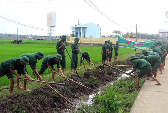 Đoàn viên thanh niên Bộ đội Biên phòng tỉnh nạo vét kênh mương tại Phú Ninh sau lễ ra quân Tháng thanh niên 2016. Ảnh: VINH ANH