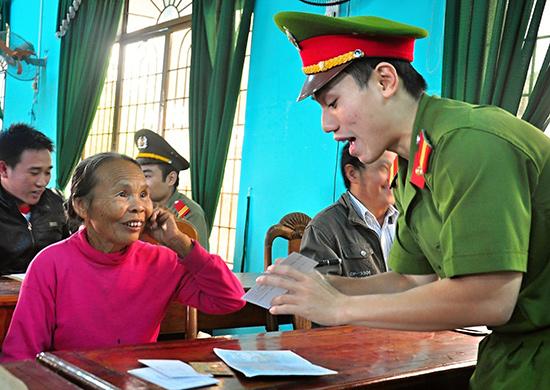 Tuổi trẻ Công an tỉnh tổ chức chương trình tư vấn thủ tục hành chính cho người dân xã Tam Đàn, Phú Ninh.