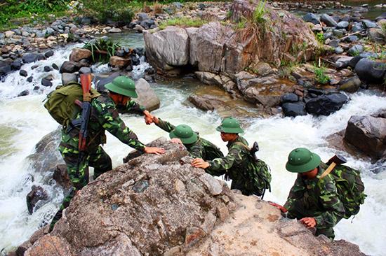 Các chiến sĩ biên phòng trên đường tuần tra biên giới. ảnh: nguyên hồng