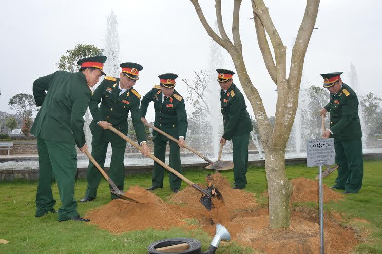 Thượng tướng Lương Cường, Phó Chủ nhiệm Tổng Cục Chính trị trồng cây lưu niệm tại khuôn viên Tượng đài Mẹ Việt Nam anh hùng.