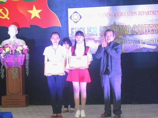 Trao thưởng cho thí sinh đạt giải.