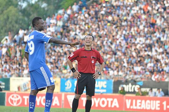 Trọng tài Nguyễn Phương Nam và cầu thủ Suleiman (QNK Quảng Nam) tươi cười cùng nhau trong trận đấu giữa QNK Quảng Nam và Hoàng Anh Gia Lai mùa giải 2015 trên sân Tam Kỳ - một hình ảnh rất hiếm thấy trên sân bóng V-League.