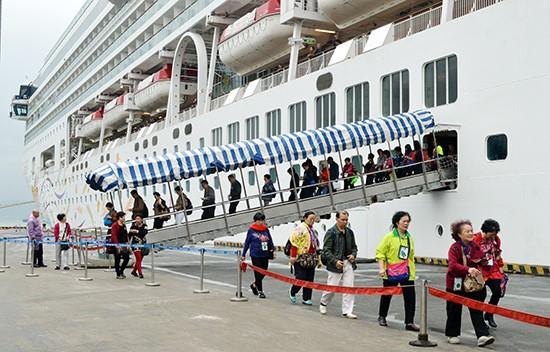 Cruise ship passengers entering Da Nang port.