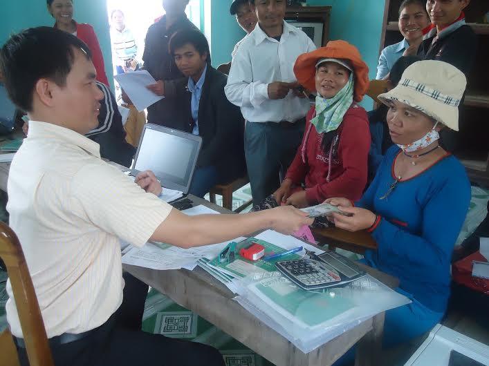 Tư vấn, giải quyết vay vốn cho thanh niên Nam Giang. Ảnh: L.T.N