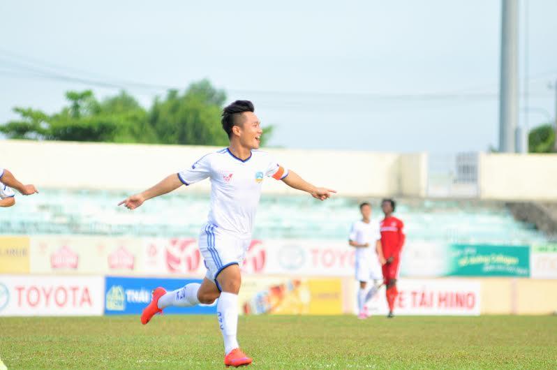 Đội trưởng Thanh Trung có bàn thắng đầu tiên tại mùa giải năm nay, giúp QNK Quảng Nam cầm hòa 3-3 Sông Lam Nghệ An. Ảnh: T.V