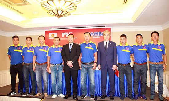 Ông Uenoyama và HLV Machinaka và ban huấn luyện của PVF